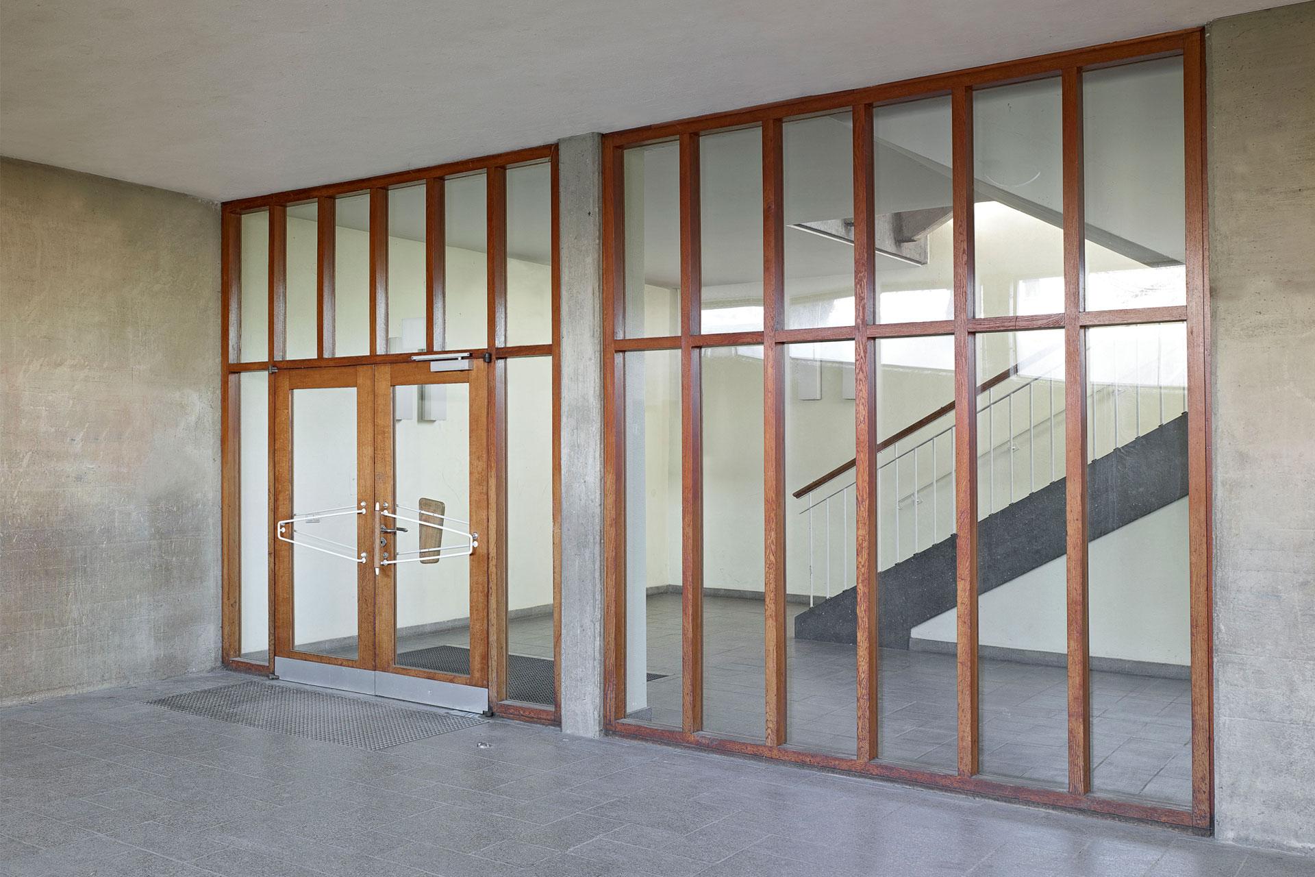 Eingangstüren der Haldenrainschule