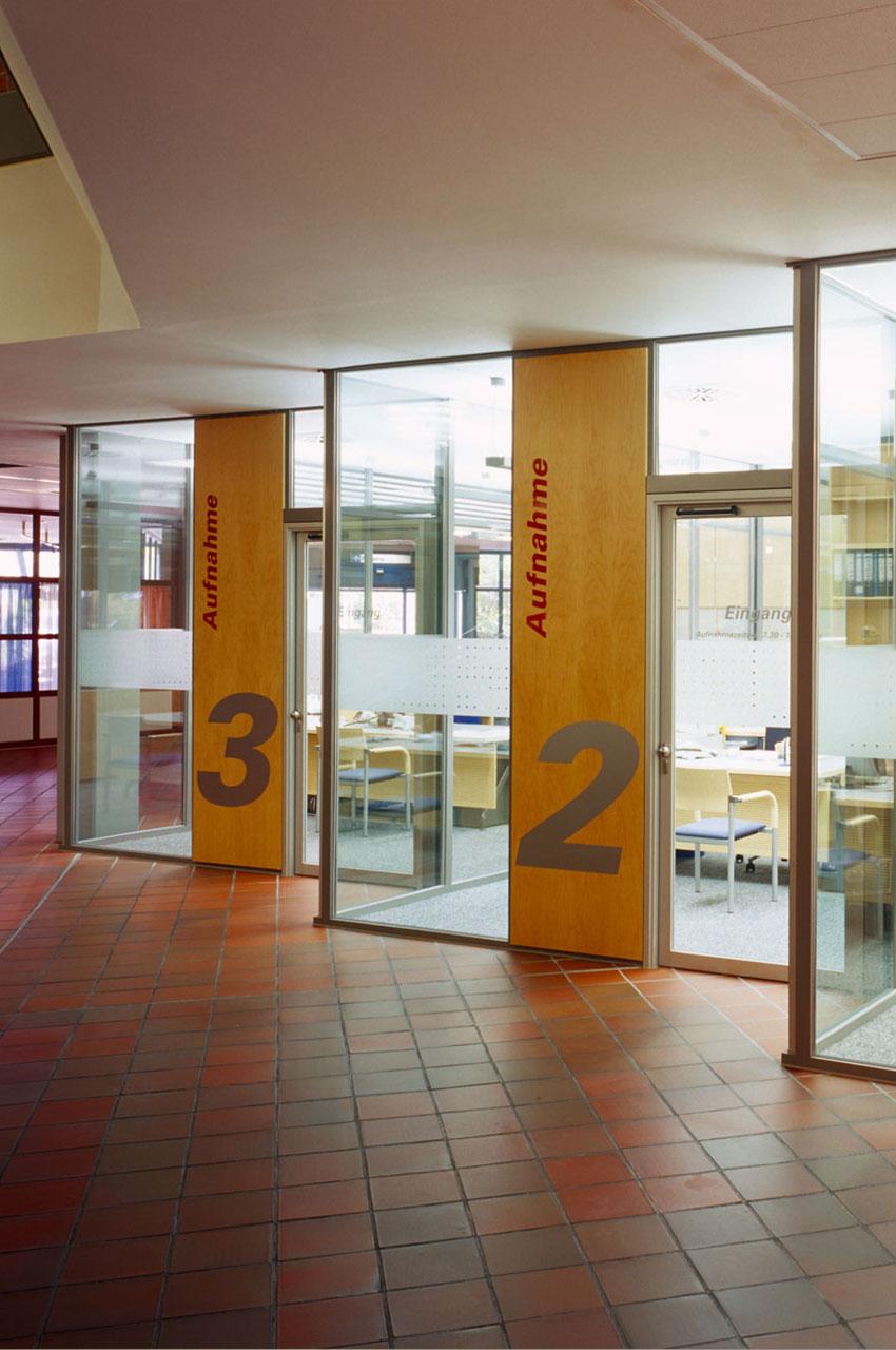 Umbau Pforte orthopädische Klinik, Aufnahmeräume transparent Verglasung