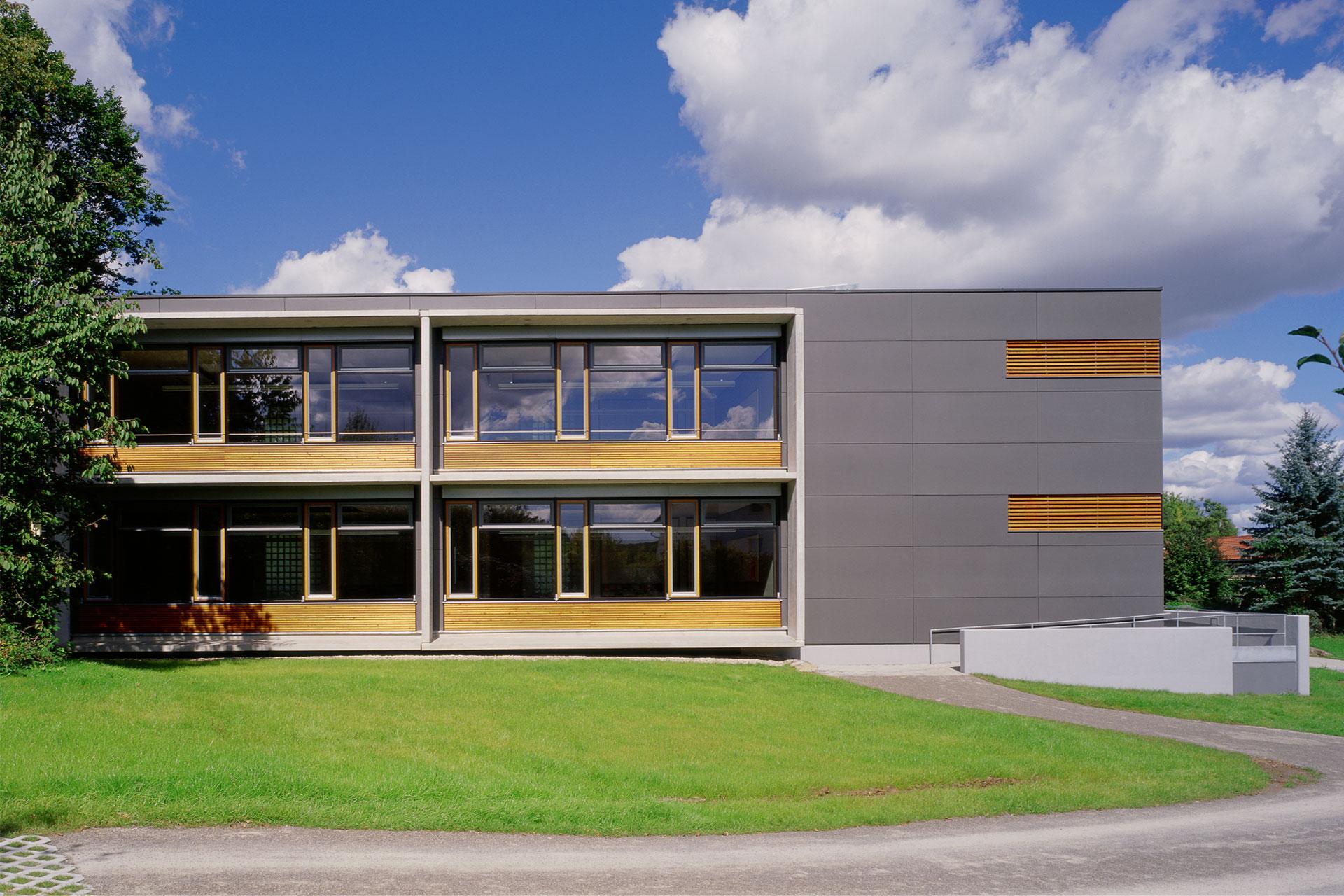 Erweiterungsneubau Schule, Fensterbänder, Faserzementplatten