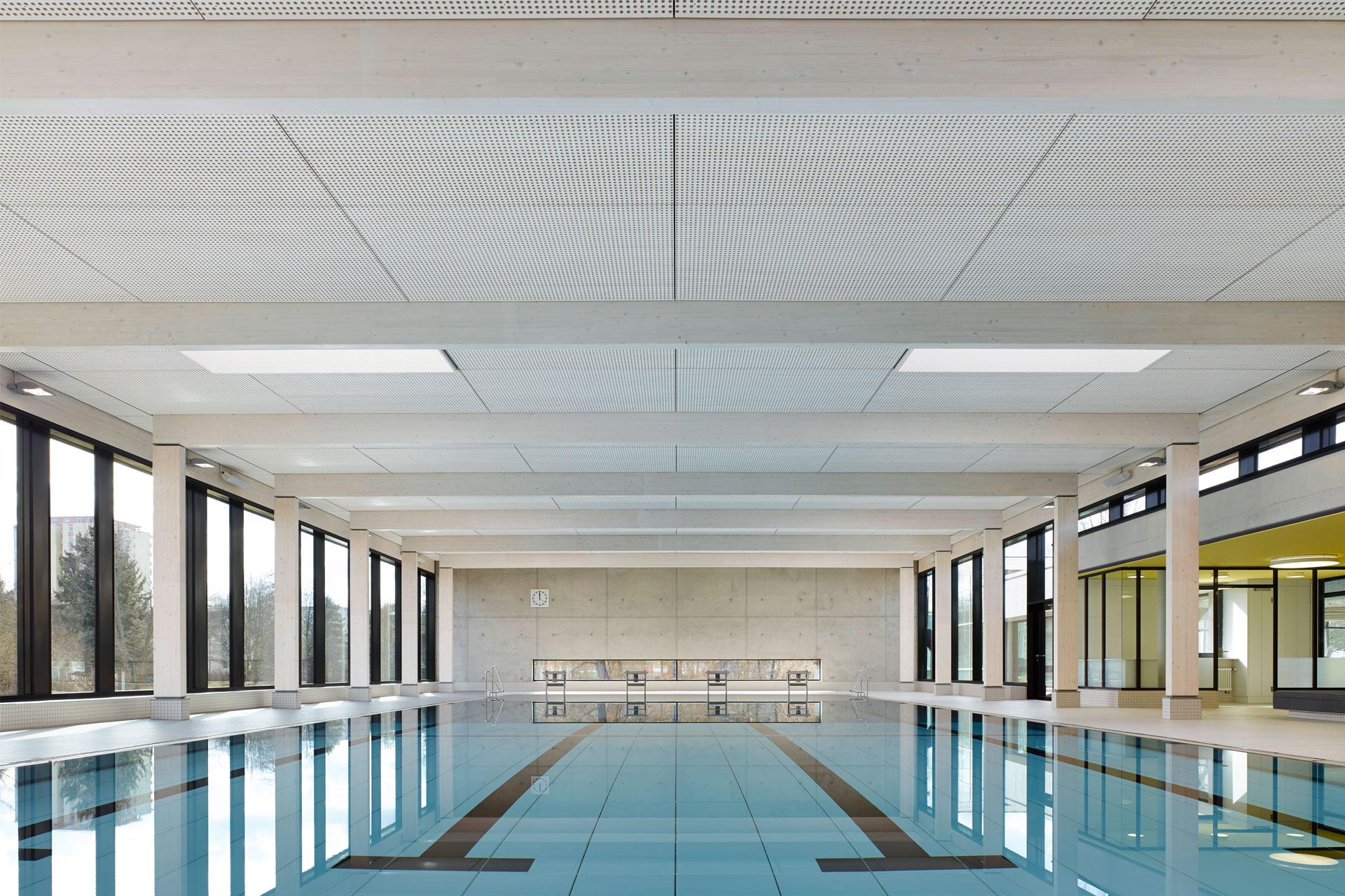 Hallenbad Schwimmbecken Holztragwerk Oberlichter