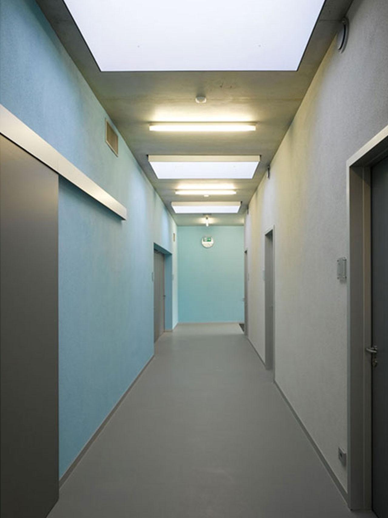 Hallenbad Neubau, Flur Oberlichter, abgehängte Decke