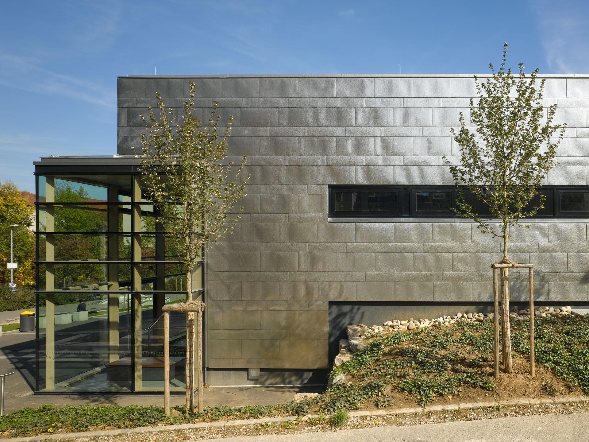 Neubau Hallenbad, Westansicht Blechfassade